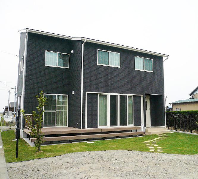 家族や友人がたくさん集まれる、広いリビングと大きな窓のあるお家。