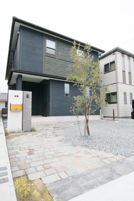 駐車スペースや収納をたくさん設け、家族のふれあいを大切にする、リビング階段のあるお家。