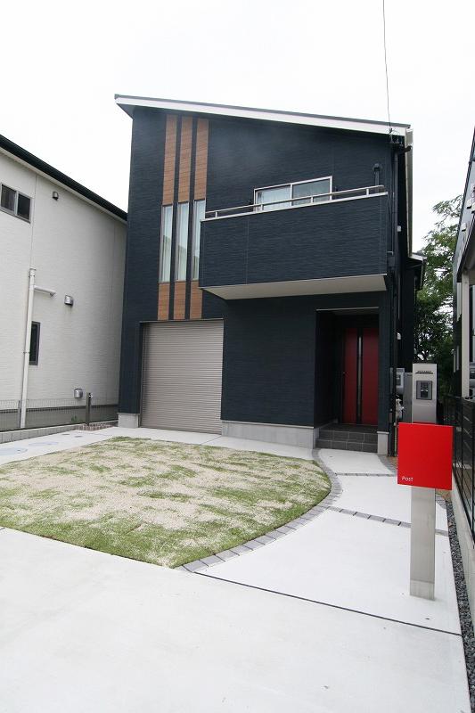 プライバシーも守れる♪明るいリビングで家族団らん 趣味も満喫 バイクガレージのあるお家。
